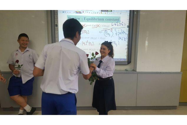 Il primo giorno di scuola, uno per volta dei compagni si è presentato e mi ha dato una rosa. -Anna, Thailandia