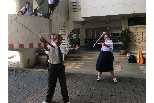 Dopo scuola il giovedì ho le lezioni di swordfighting, dove imparo a combattere con spade e bastoni. -Sonia, Thailandia