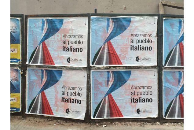 I poster in sostegno al popolo italiano
