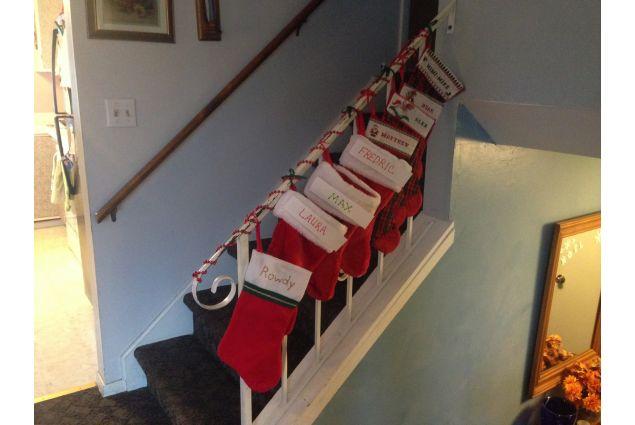 Le calze di Natale con i nomi di tutti i componenti della famiglia, inclusi il cane e gli altri due exchange student degli anni passati!
