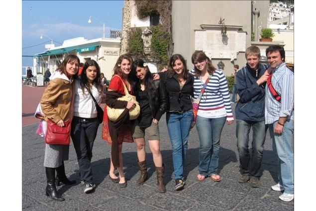 Ivano e Marianna, entrambi volontari, accompagnano al mare i ragazzi ospitati in Campania durante la settimana di scambio del 2008