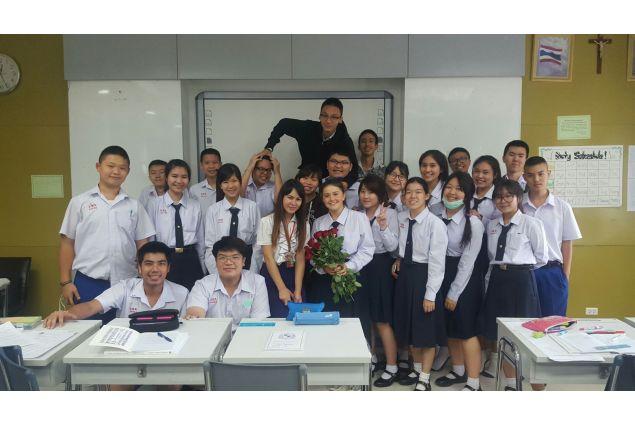 Eccomi ritratta nei miei primi giorni di scuola in Thailandia. Sono stata accolta con molto affetto dai miei compagni e dai professori! -Anna, Thailandia