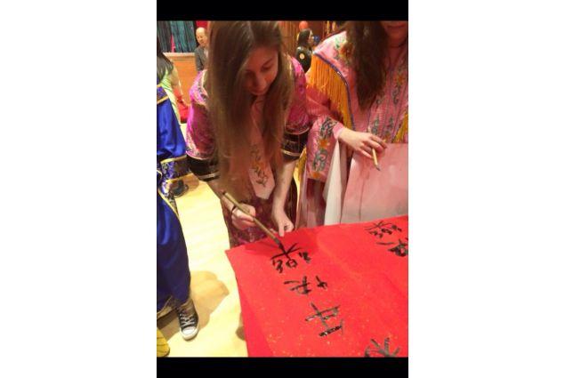 Claudia scrive ideogrammi cinesi