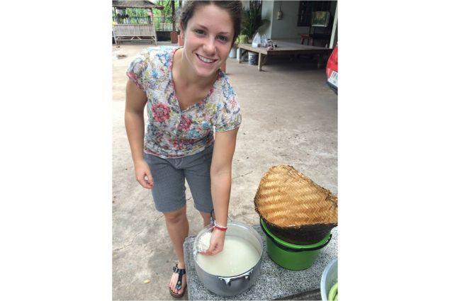 Valentina mentre cucina il riso alla maniera thai