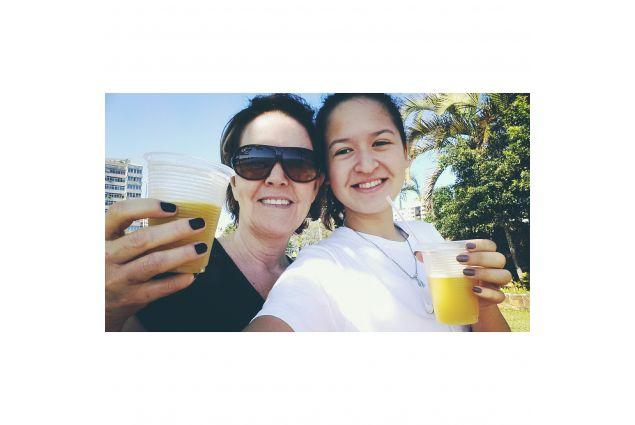 Mirela e mamma che bevono succo d'arancia