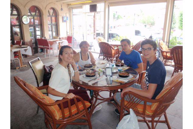 Michela e famiglia al caffé al mare