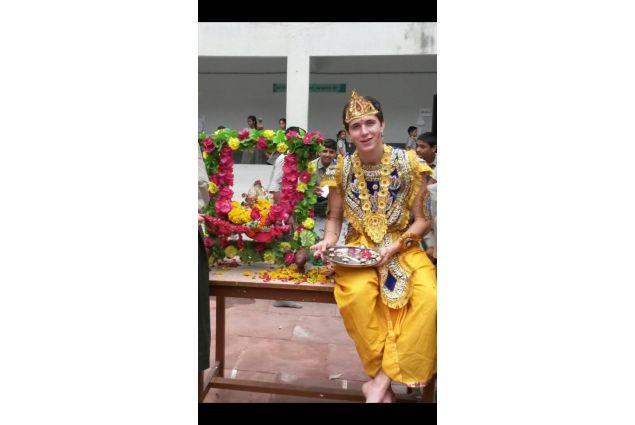 Poiché in india si festeggiano tutti i festival anche a scuola (questo in particolare), la mattina è stato organizzato uno spettacolo nel quale ho preso parte nel ruolo di Krishna, ed è stato molto bello. -Andrea, India