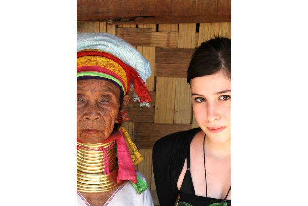 Carla ed un membro di una tribù locale