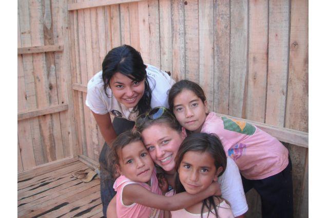 Annika ha anche partecipato a un'iniziativa di volontariato, la costruzione di una casa per una famiglia paraguayana