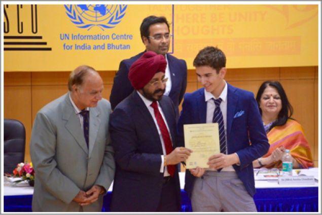 Jacopo ritira un premio durante il MUN (Model United Nation)