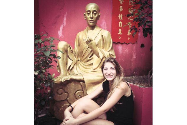 Claudia e statua religiosa
