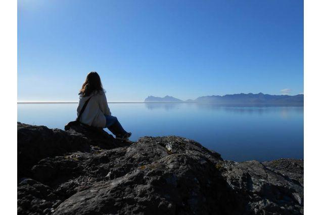 Blerta mentre guarda l'oceano