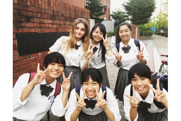 Cecilia e le sue amiche giapponesi a scuola