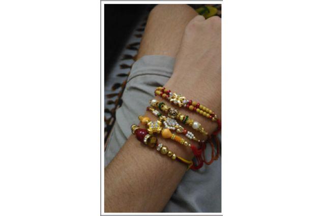 .. Regalandogli, in occasione del Rakshaband, dei bracciali simbolo di protezione e fratellanza