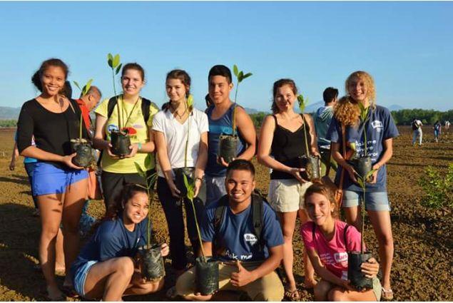 Daria e gruppo AFS in campo di mangrovie
