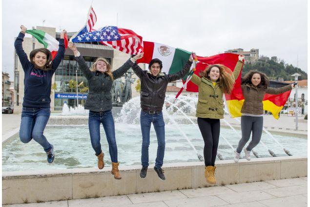 Dalisia e altri studenti AFS con le bandiere dei rispettivi Paesi d'origine