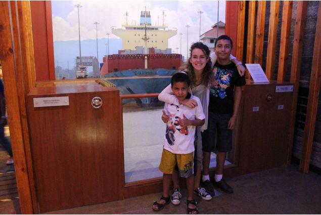 Giulia al museo del Canal de Panama con i fratellini