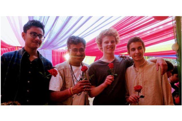 Al Carnevale della scuola, con alcuni amici e il professore di Tabla