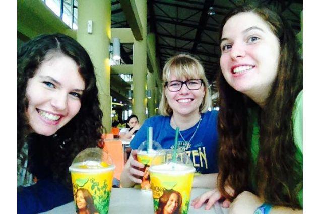 Daria e due altre studentesse al centro commerciale