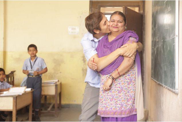 Francesco abbraccia a scuola la sua mamma e insegnante