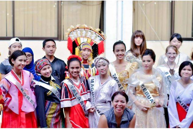 <div>Evento culturale dove degli studenti della scuola hanno indossato un vestito tradizionale appartenente alla loro tribù d'origine.</div>