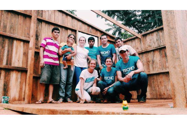 I ragazzi di AFS con le maglie della ONG Techo