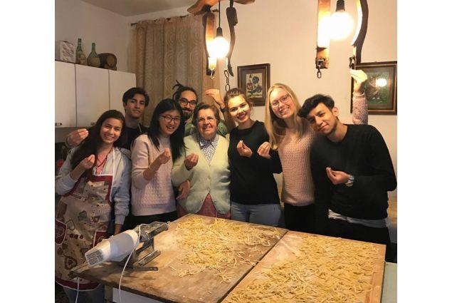 """<div>""""La nonna italiana è la migliore insegnante!"""" rispondono in coro gli studenti accolti ad Asti</div> <div></div>"""