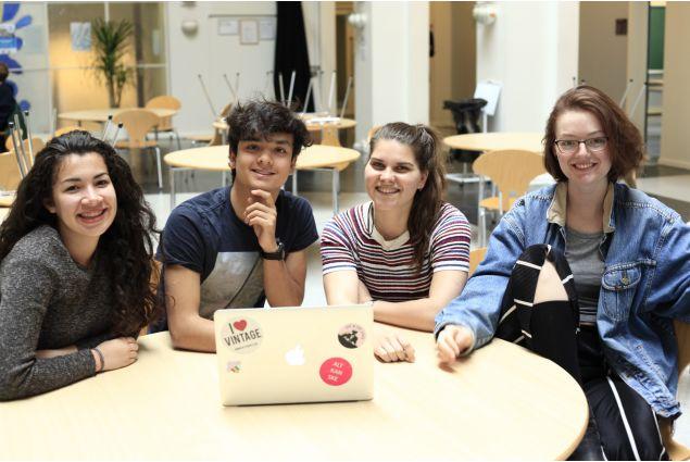 Karen, Sebastian, Marieke e Sage sono alcuni degli studenti AFS con cui Claudia forma il Global Gymnasium, gruppo che si occupa di organizzare eventi come il Global cafè