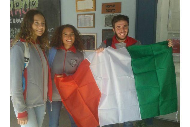 Costanza e due studenti AFS con bandiera