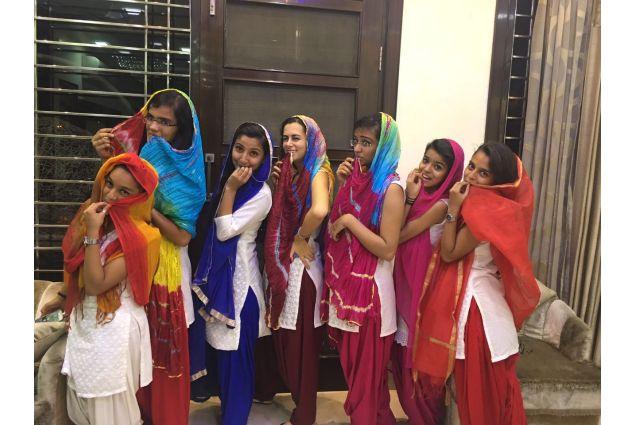 Ragazze che indossano il kurti