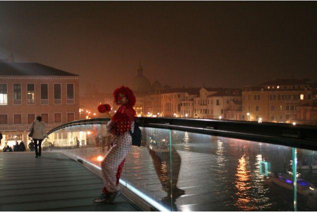 Pagliaccio ha perso: questa foto è scattata a Venezia in Carnevale. Oggi non tanto personi mentenano le tradizioni. Nella foto il pagliaccio è triste e da solo è anche sul ponte nuovo che caratterizza perdere le tradizioni. Lara, dalla Turchia a Rovigo per un anno.