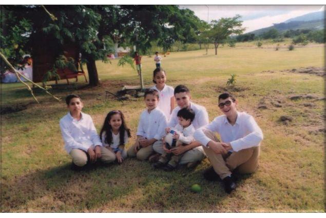 Festa in famiglia: Alessandro con i fratelli ospitanti e alcuni cugini