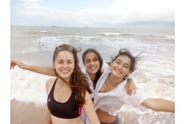 Sara e alcune amiche al mare