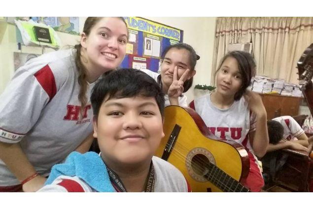 Daria e i suoi compagni di scuola a lezione di chitarra