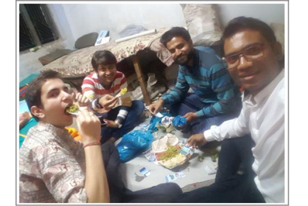 Mangiando street food in una fabbrica di tessuti