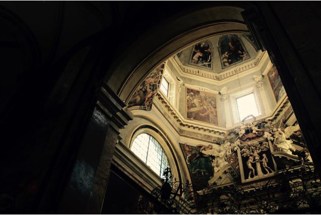 Esplora Italia, troverai la magia dell'arte: Ogni angolo dell'Italia è arte. Questa foto è un esempio di arte Italiana, scattata nella Cattedrale di Trento. Dovunque vado, riesco a riconoscere la bellezza in tante cose. Non sono solo le pitture, ma anche le persone, i paesaggi e tanto altro. Ogni cosa ha la sua propria arte. Ecco perché vivere in Italia mi dà tanto piacere. Sonia, dall'Indonesia a Lovere per un anno.