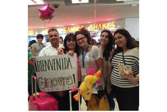 Ginevra all'aeroporto accolta dalla sua famiglia ospitante
