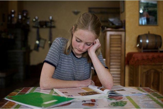 Lina mentre studia a casa