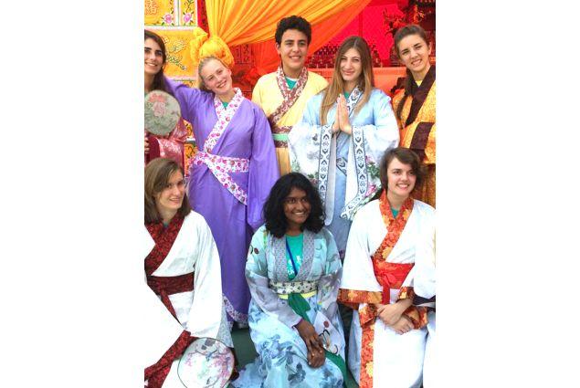 Claudia e gruppo AFS con abiti tradizionali