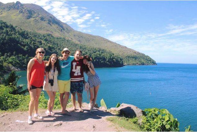 <div>La foto più recente, scattata qualche settimana fa, in viaggio a Camiguin, un'isola paradiso poco distante dalla comunità ospitante.</div>