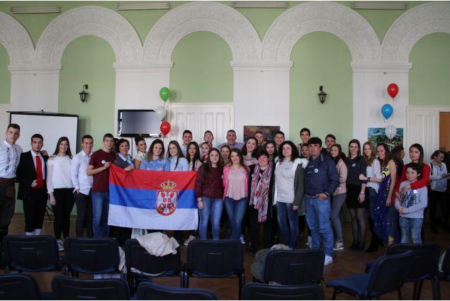Foto di gruppo a fine giornata: i palloncini riprendono i colori delle bandiere serba e italiana