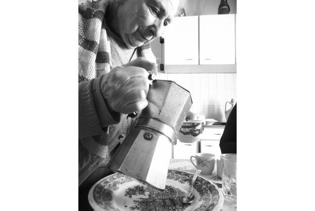 Shyra Coward Kelly, dal Costarica alla Puglia per un anno, ha partecipato con la foto 'Il rito del caffè': <em>In Italia nessun pasto se conclude senza un buon caffè. </em>