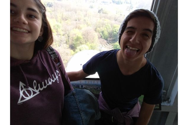Nell'Atomium a Bruxelles con il fratello cileno Seba, diventato anche uno dei migliori amici di Alice.
