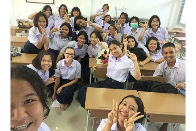 <div>Appena entro nella mia nuova classe vedo una quarantina di occhi a mandorla puntati su di me e vengo assalita da centinaia di domande che riguardano me, l'Italia e la mia scelta di venire in Thailandia. -Eleonora, Thailandia</div> <div></div>