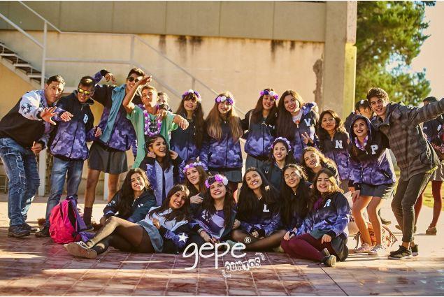 In Argentina ogni anno, in ogni scuola del paese, i ragazzi dell'ultimo anno realizzano delle felpe personalizzate con i colori della scuola di provenienza