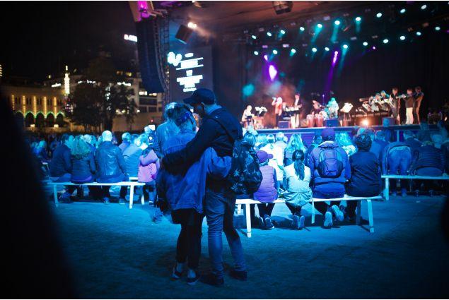 <div>Due ragazzi che ballano e si abbracciano, durante un concerto jazz in Tivoli, il famoso parco divertimenti di Copenaghen.</div>