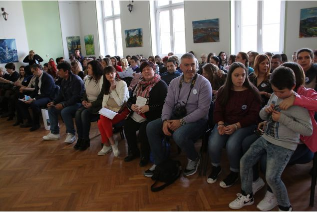 La famiglia italiana di Myriam in visita in Serbia, fra il pubblico numeroso