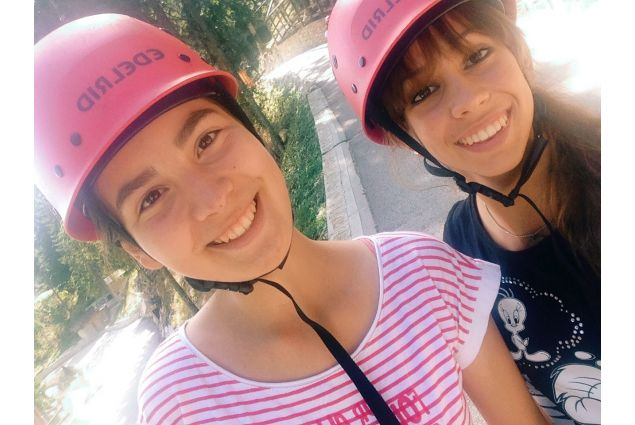 Paola e amica con caschetto