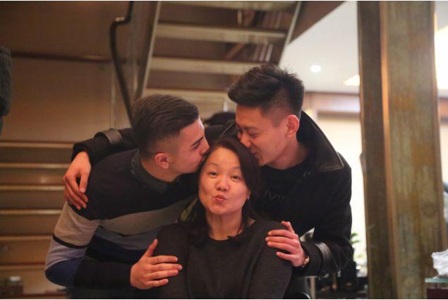 Francesco e fratello baciano mamma