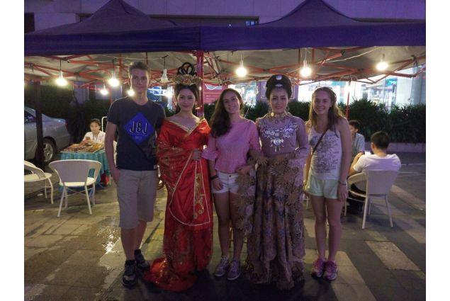 Sara e alcune donne in abito tradizionale